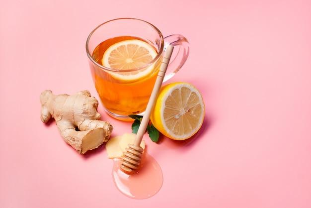 Trattamento naturale per raffreddori e influenza. zenzero, limone, miele, aglio e rosa canina, tè contro l'influenza. tè caldo per raffreddori. farmacia domestica. comprovata cura delle malattie. medicina popolare.