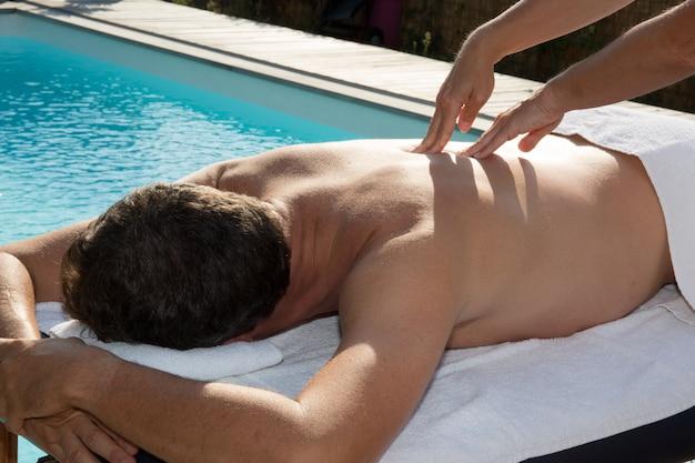 Trattamento per la cura della pelle presso il centro benessere vicino alla piscina