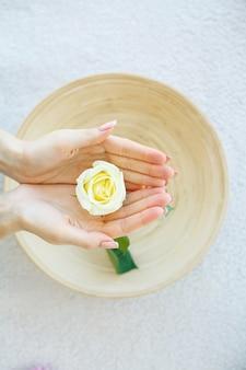 Trattamento spa e prodotti per piedi femminili e spa mani relax e cure sane. concetto sano