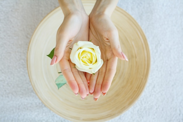 Trattamento spa e prodotti per piedi femminili e spa mani relax e cure sane