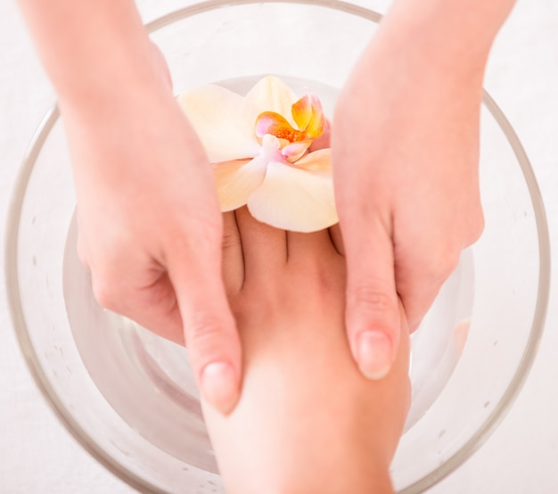 Trattamento spa per le mani. concetto di manicure di lusso.