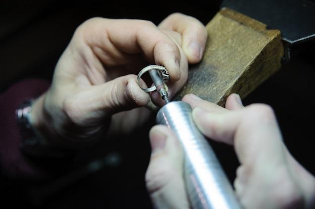 Trattamento superficiale di anelli per gioielli nel processo di fabbricazione