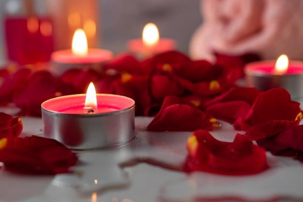 Trattamento termale con olio profumato, candele, petali di rosa e fiori