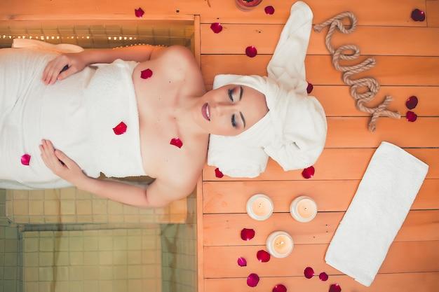 Trattamento viso cura della pelle spa. massaggio professionale per il viso. massaggiatore viso