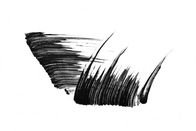 Tratti di pennello mascara nero isolati su sfondo bianco