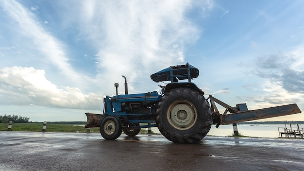 Trattore che lavora nella fattoria, un moderno trasporto agricolo.
