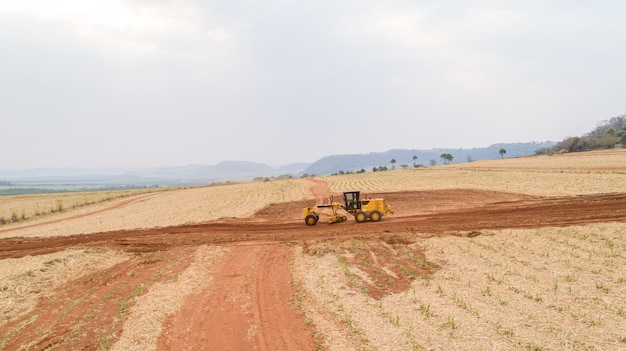 Trattore e aratura del terreno per una futura piantagione