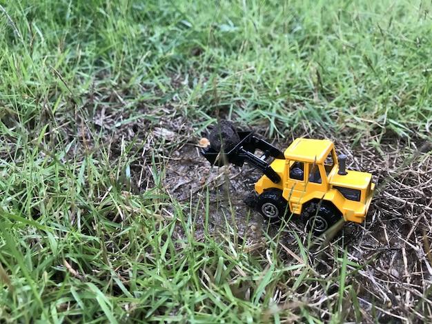 Trattore giocattolo sul terreno