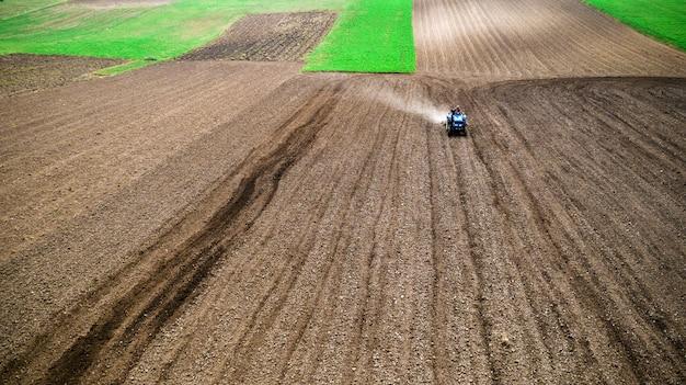 Trattore nel campo in un'azienda agricola