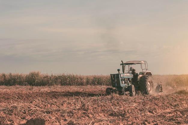 Trattori per arare i campi.
