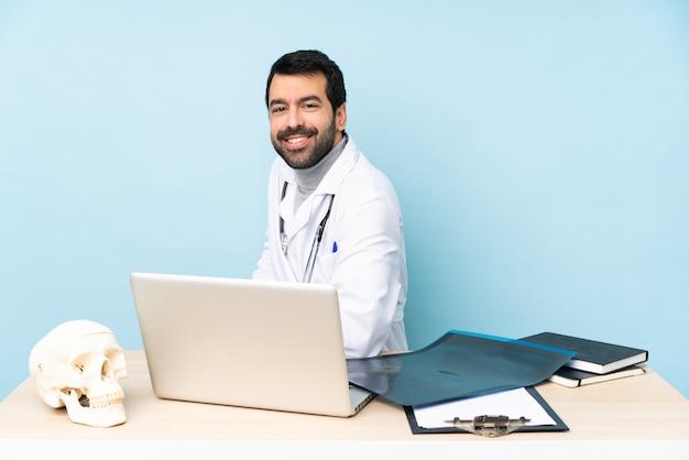 Traumatologo professionista sul posto di lavoro con le braccia incrociate e in attesa