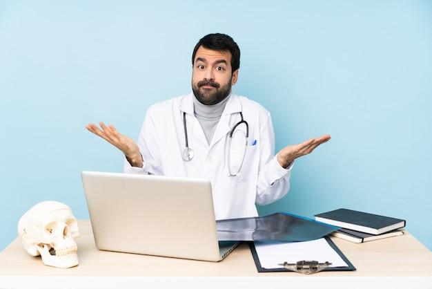 Traumatologo professionista sul posto di lavoro facendo dubbi gesto