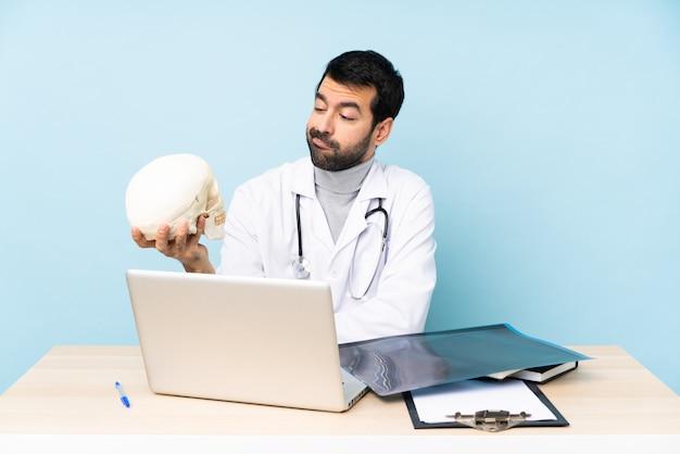 Traumatologo professionista sul posto di lavoro