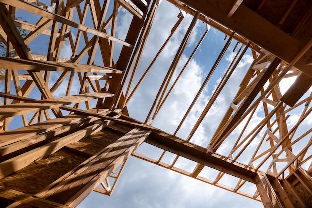 Trave inquadratura di nuova casa inquadratura casa in costruzione