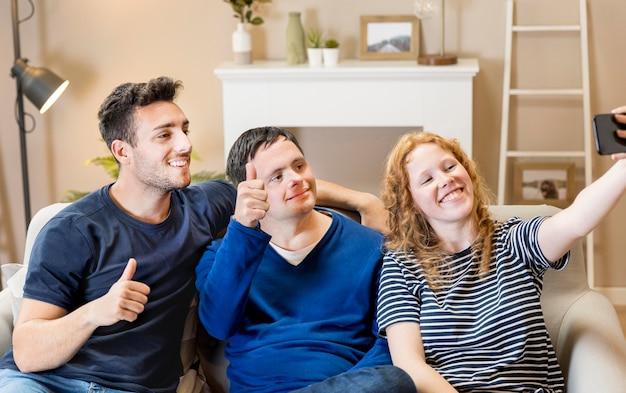 Tre amici a casa che fanno un selfie
