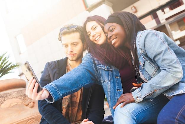 Tre amici fanno un selfie.