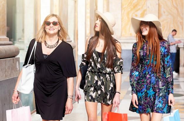 Tre amici vanno a fare shopping.