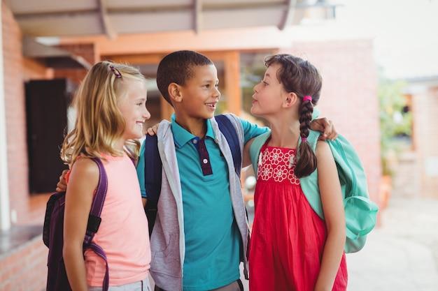 Tre bambini con le braccia intorno a vicenda