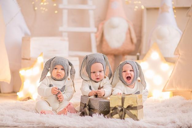Tre bambini in costume di natale