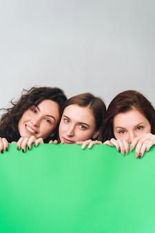 Tre belle ragazze in posa per la fotocamera
