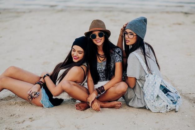 Tre belle ragazze sulla spiaggia