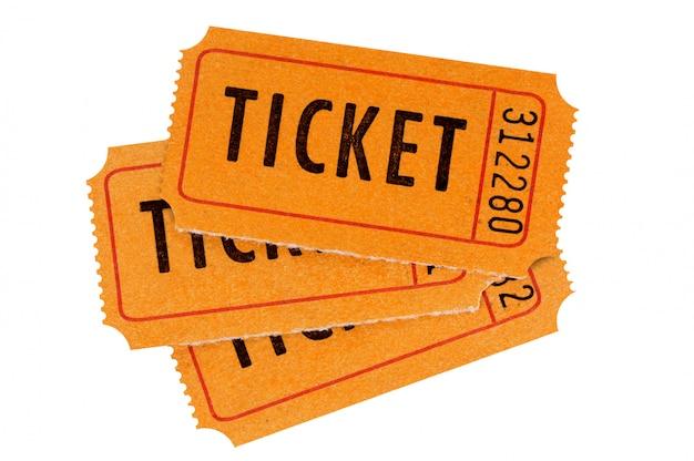 Tre biglietti arancioni isolati su bianco.