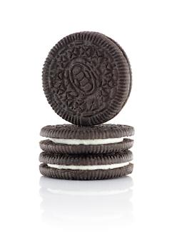 Tre biscotti al cioccolato riempiti di crema