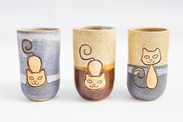 Tre brocche di pietra in ceramica con sfondo bianco