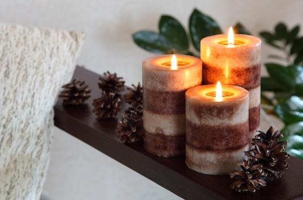 Tre candele accese. home decor. decorazione del soggiorno.