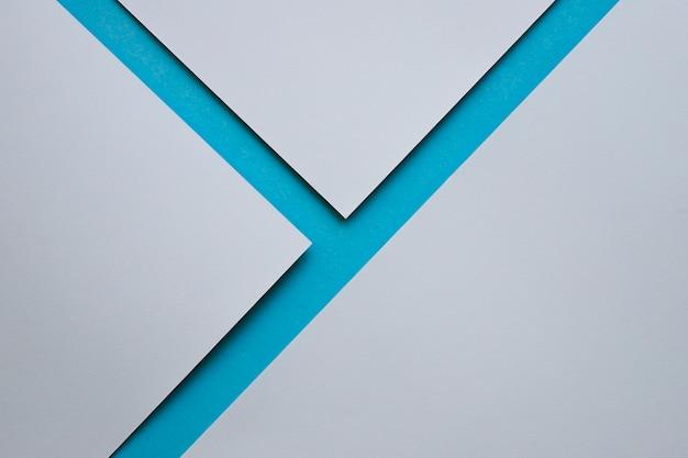 Tre carte da parati grigie sulla superficie blu