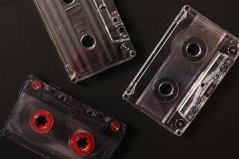 Tre cassette audio su sfondo nero