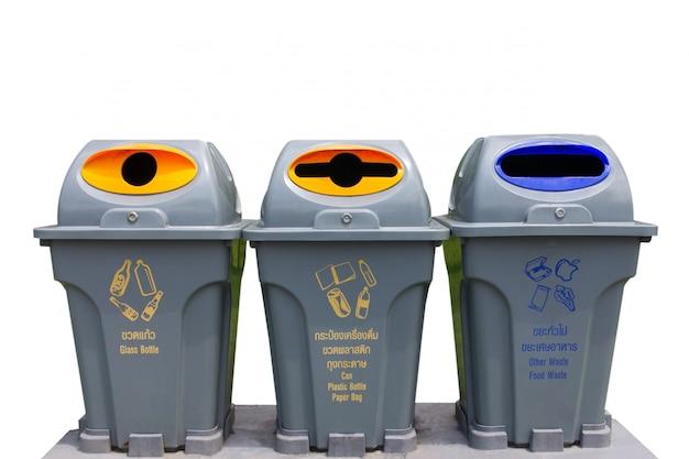 Tre cestini isolato su sfondo bianco (riciclare, spazzatura, immondizia)