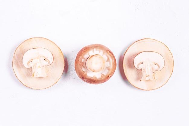 Tre champignon marroni su un tavolo di legno