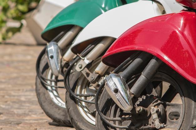 Tre ciclomotori dipinti a colori della bandiera italiana