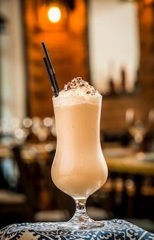Tre cocktail in bicchieri di plastica con cannucce