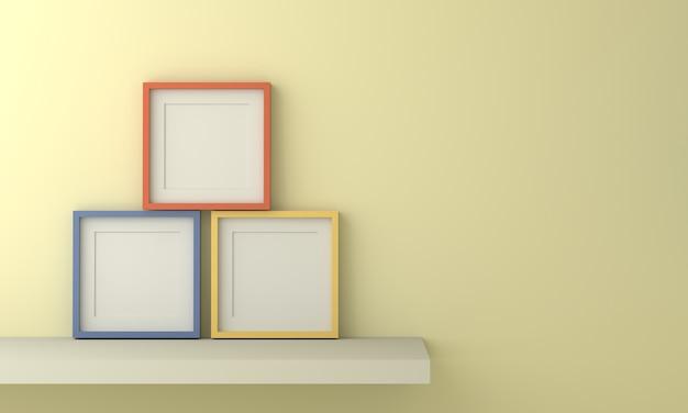 Tre cornici colorate per inserire testo o immagine all'interno su una parete di colore giallo chiaro pastello.