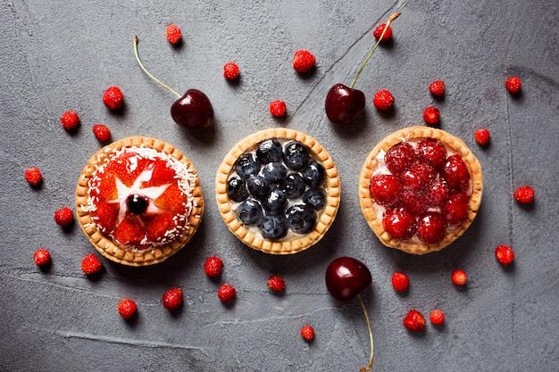 Tre crostate con topping di frutta e bacche estive