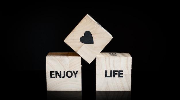 Tre cubi di legno: goditi la vita