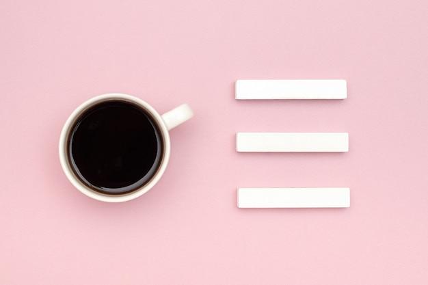 Tre cubi vuoti calendario mock up tamplate per la data del calendario, tazza di caffè