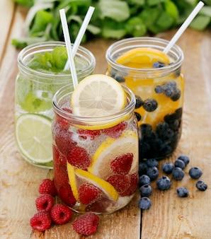 Tre diverse bevande su un tavolo