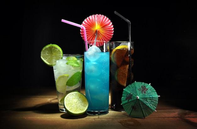 Tre diversi, rinfrescanti cocktail sul tavolo di legno