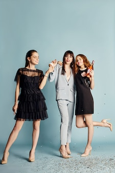Tre donne celebrano la festa divertendosi