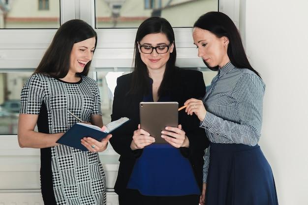 Tre donne con tavoletta e documenti