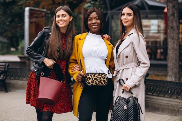 Tre donne multiculturali dopo lo shopping