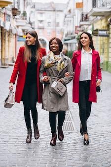 Tre donne multiculturali in strada