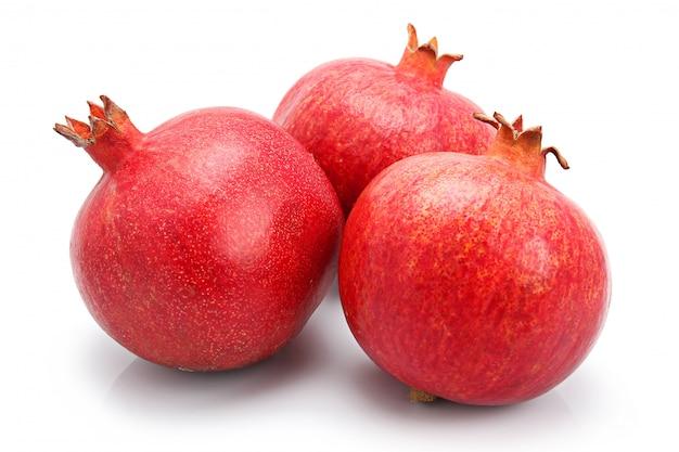 Tre frutti del melograno isolati