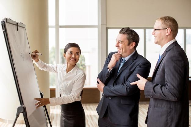 Tre genti di affari che scherzano alla riunione