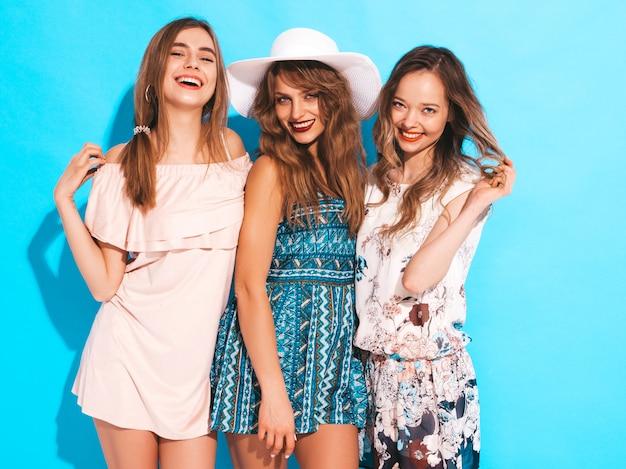 Tre giovani belle ragazze sorridenti in abiti casual estivi alla moda. posa sexy spensierata delle donne.