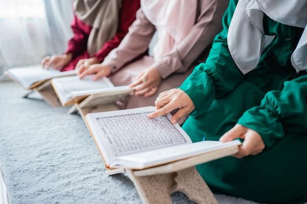 Tre giovani donne che indossano l'hijab hanno letto insieme il libro sacro di al-quran