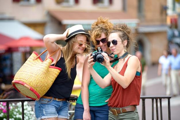 Tre giovani donne fanno turismo ad annecy